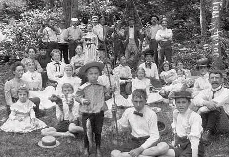 outdoor family reunion in 1901
