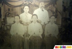 Kartini, her husband and his daughters